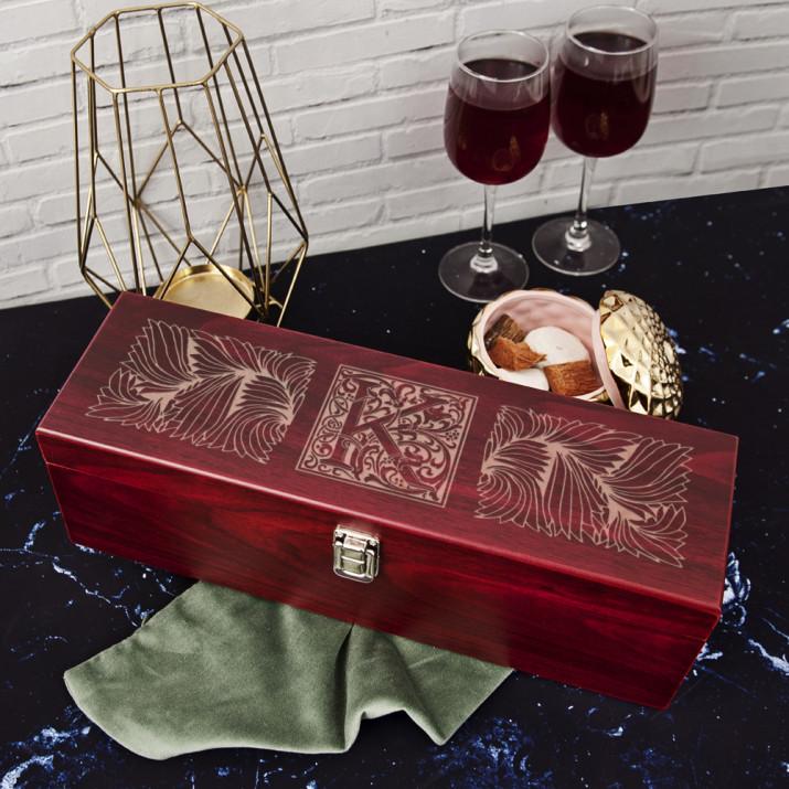 Monogram z ornamentami - Skrzynka na wino z akcesoriami