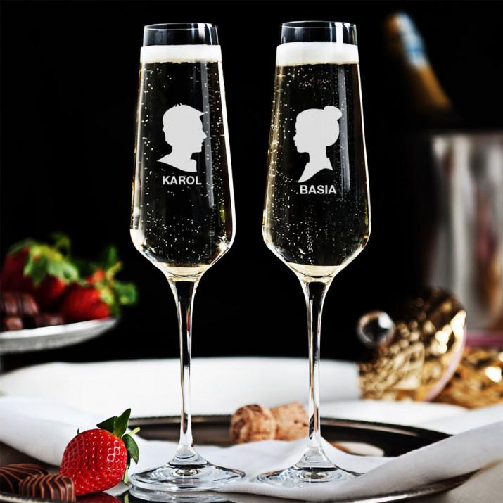 Z profilu - Dwa Grawerowane Kieliszki do szampana
